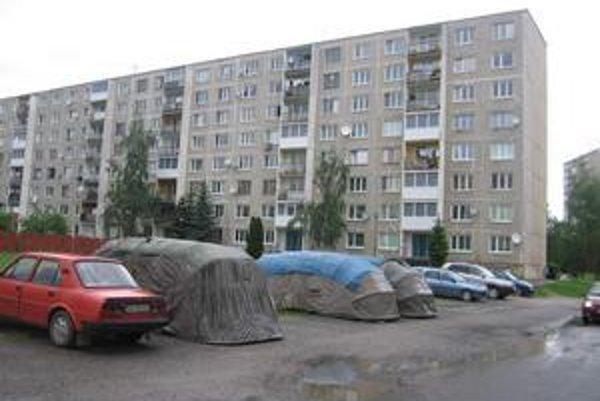 Parkovanie na sídlisku Mier. Vyzerá to tu ako takmer na každom slovenskom sídlisku. Áut je veľa, miesta málo.