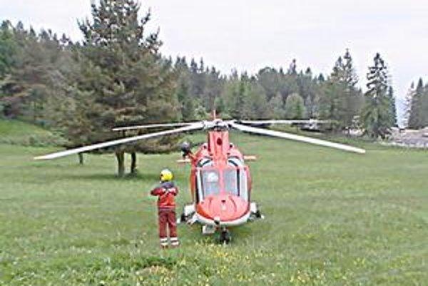 Blízko Kláštoriska. Vrtuľník VZZS ATE na Kláštorisku čakal pripravený na naloženie pacienta.