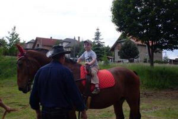 Filipko. Jazda na koníkovi sa mu veľmi páčila.