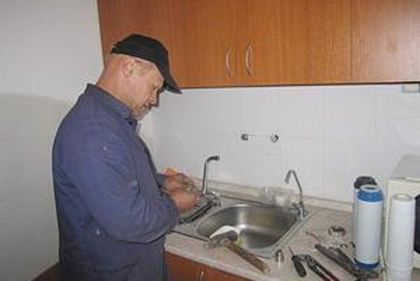 Technická porucha. Pokazená vodovodná batéria spôsobila na mestskom úrade pohromu.