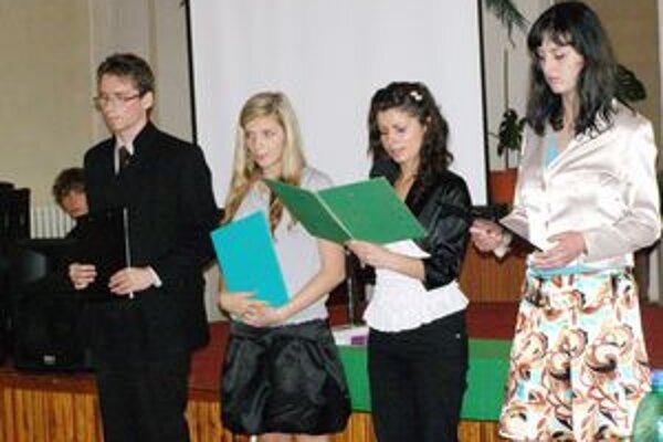 Študenti gymnázia pri čítaní príbehov z knihy.