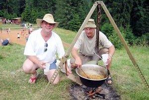 Varili muži. Radovan Rímsky (na snímke vľavo) a Juraj Perduľák ako majstri kuchári.