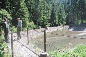 Blajzloch. Voda z jazera unikla, ohrozené bolo vzácne rastlinstvo. Po tom, čo správca opraví stavidlo, príroda by sama mala dať situáciu do poriadku.