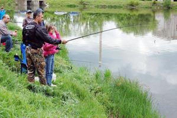 Rybársky lístok. Bez neho rybársky prút ani nehádžte. Kontrola rybárskej stráže môže prísť nečakane. Vedia o tom aj mladí rybári.