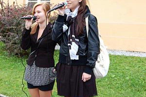 Mária a Miška. Zaspievali slovenskú hymnu na úvod školského roka naživo.