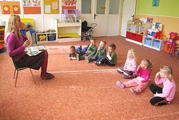 Deti. Hravou formou, napríklad pomocou pesničiek či obrázkov, sa učia anglický jazyk.