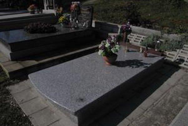 Hrob bez náhrobného kameňa. Pozostalí sa obrátili na políciu.