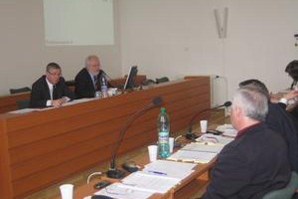Peter Petko na snímke vľavo vedľa zástupcu primátora Miroslava Semeša (Smer-SD).