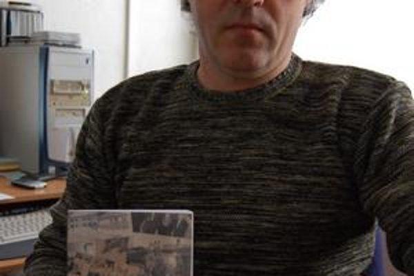 Slovník. Čerstvú publikáciu ukazuje starosta Slatviny.