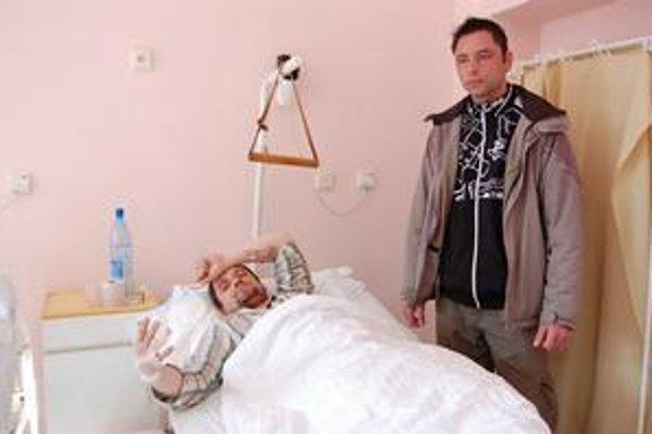 Jozef skončil v nemocnici s doráňanou tvárou a vybitými zubami. Marek má po zrážke s autom rozbité kolená.