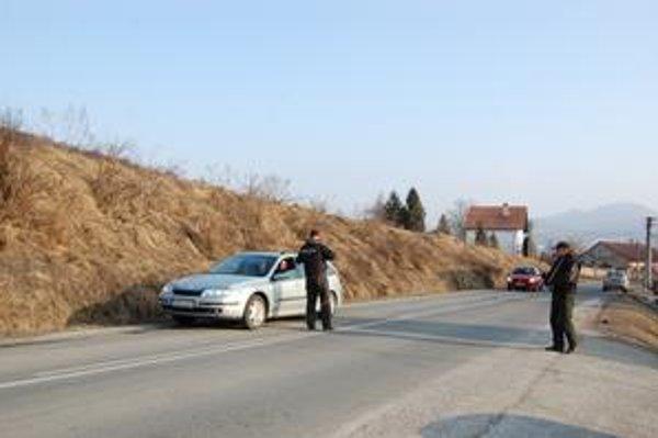 Policajná kontrola. Ihneď po prepade banky polícia kontrolovala vozidlá vo všetkých smeroch od Krompách.
