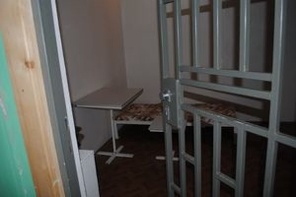 Samotka. Ochranná miestnosť, v ktorej môžu dievčatá skončiť na 24 hodín, ak ohrozujú svoje okolie.