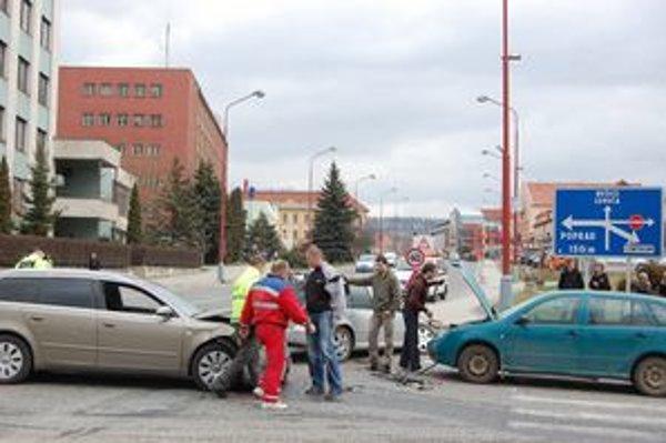 Účastníci nehody. Všetci traja vodiči boli ešte po nehode v šoku. Zranený nebol nik.