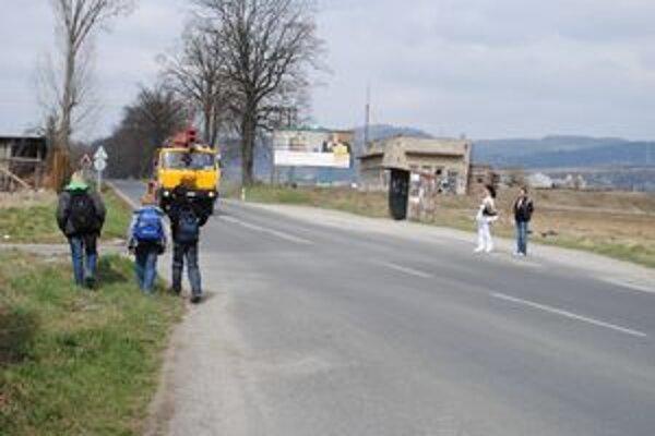 Chýba priechod. Deti musia denne takto prechádzať cez frekventovanú cestu.