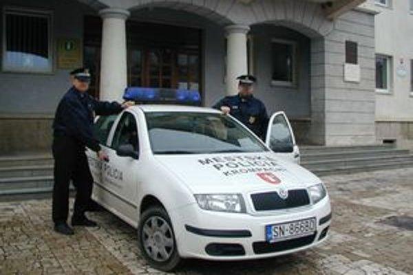 Mestskí policajti boli na obchôdzke. Nečakane museli zasiahnuť proti kolegovi v štátnej službe.