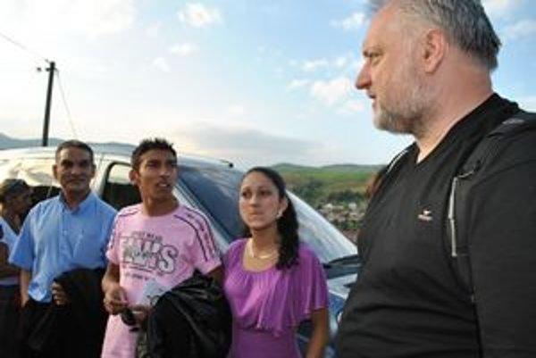Otec, Adam a Julka. Hlavný hrdina (druhý zľava) so svojou milou. Pri príchode sa zvítali s M. Šulíkom.
