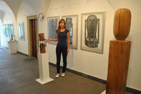 K. Tilová. Kurátorka výstavy pozýva na plastiky Š. Kubíka.