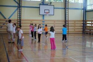 Vynovená telocvičňa. Po troch rokoch už miestne deti cvičia vo vynovenej telocvični.