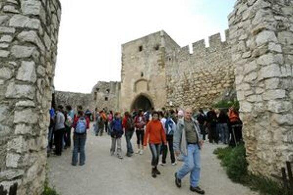 Masová návštevnosť Spišského hradu urýchlila potrebu opráv.