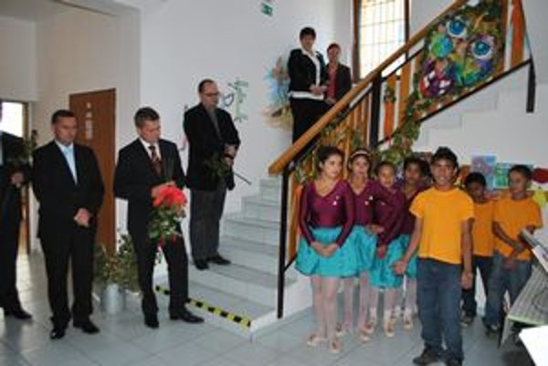 Štátny tajomník. (Druhý zľava) Ocenil, že nové priestory riešia problém nielen ŠZŠ, ale aj školstva v samotnom meste.