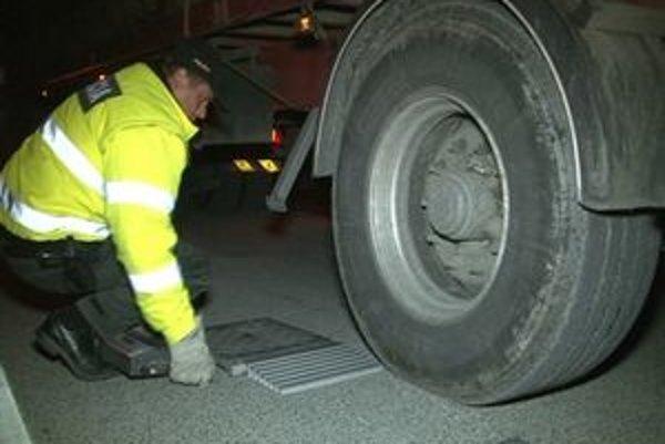 Váženie kamiónov. Odhalilo ich preťaženie a viac dreva, ako uvádzajú záznamy.