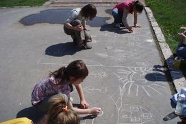Školáci. Tí najmenší si kreslili na asfalt.