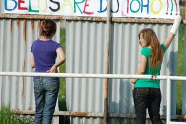 Motivácia. Odorínske dievčence v sobotu povzbudzovali svojich aj takýmto spôsobom - veľkým plagátom
