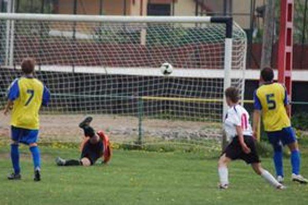 Rozhodnuté. Takto inkasovali Letanovčania gól z kopačky Potempu (vpravo v bielom) a bolo o osude stretnutia rozhodnuté.