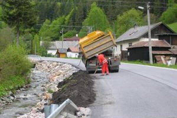 Práce sa začali. V Hnilčíku pracujú nielen pri obecných potokoch, ale aj pri Železnom potoku, ktorý je v správe Lesov SR.