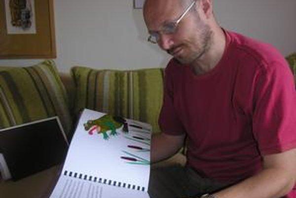 Novinka. Peter Milčák s knihami, ktoré sú síce hlavne pre nevidiace deti, napriek tomu ilustrácie sú farebné.