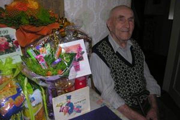 Oslávenec. Doslova fúru darov dostal Karol Kraus od svojich príbuzných k stým narodeninám.