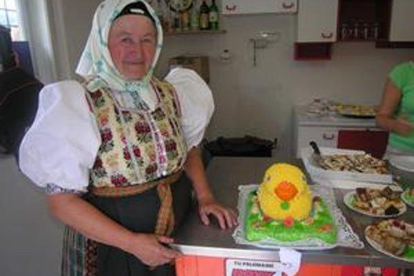 Mária Papcunová pôsobí aj v miestnom folklórnom súbore. Zapózovať k torte odskočila rovno z vystúpenia z javiska.