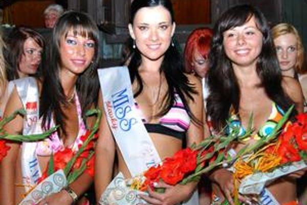 Trojica víťaziek. Zľava: Druhá vicemiss Lucia Mikulová, miss Simona Penzešová a prvá vicemiss Michaela Šmajdová.