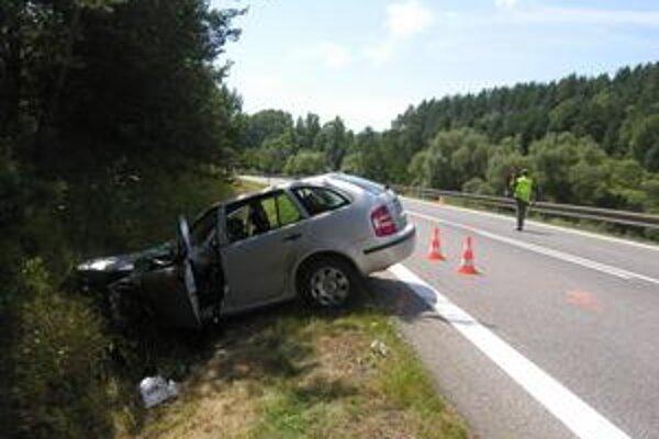 Zdemolované auto. Škoda Fabia s kežmarskou poznávacou značkou po tom, ako narazila do poľského nákladiaka a modrej Škody Fabia zo Spišskej Novej Vsi, skončila v priekope.