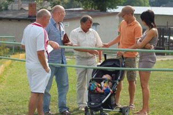 Vítali ho. Na prvý majstrák Sp. Podhradia prišiel bývalých spoluhráčov povzbudiť aj najznámejší odchovanec - ligista z Ružomberka Vladimír Kukuľ s maličkou dcérkou a manželkou.