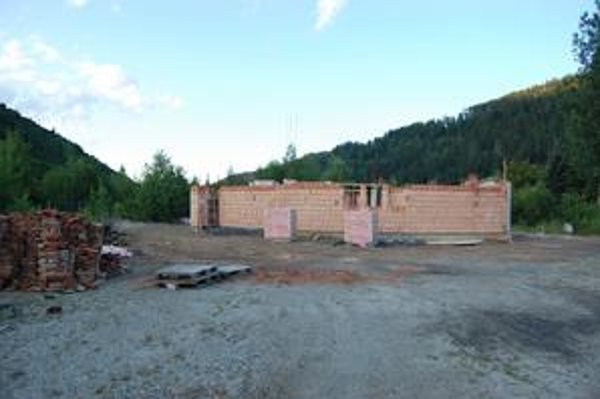 Stavba odštartovala na jeseň minulého roka. Dnes už stojí časť múrov nového kostola.