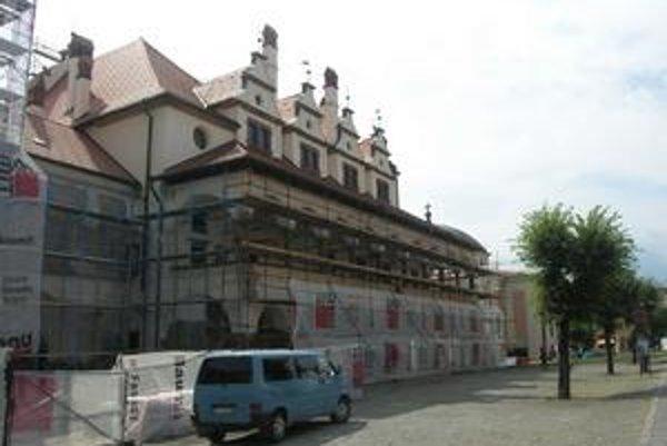 Radnica je zahalená lešením, mesto by chcelo stihnúť opravu ešte v tomto roku.