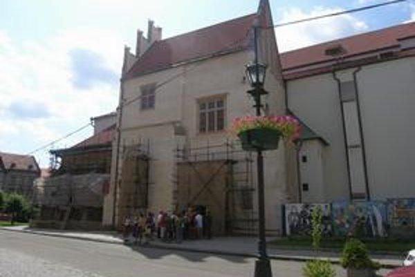 Bez lešenia. Vchod do chrámu, teda aj Henckelova knižnica, je už bez lešenia. Nové lešenie je síce na severnej strane, ale v časti, kde je sakristia.