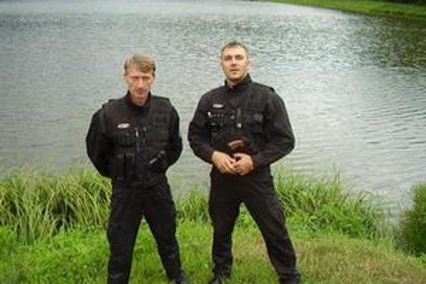 Členovia RS. R. Duhán a R. Vereš. Pri nočnej kontrole im pomáhali aj Anton Seman, Rastislav Vereš a Michal Patz.