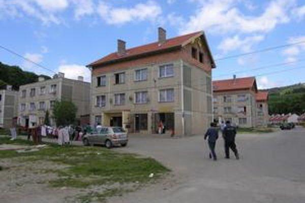 Pohľad na osadu. Do týchto bytoviek sa robilo plynové kúrenie i rozvody teplej vody.