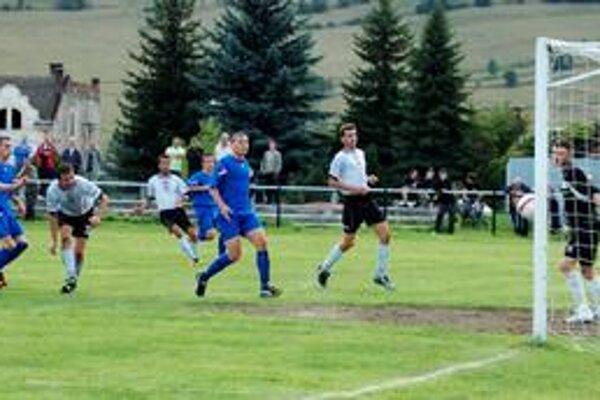 Gólová bodka. Krompašania doma v nedeľu strelili päť gólov. Na snímke Ľ. Ontko (v bielom vľavo) zaznamenáva posledný gól zápasu.