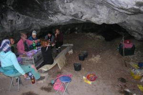 Oddych. Rakúsko-slovenská skupina pred jaskyňou.