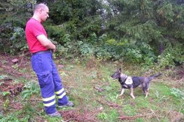 Štvornohí pomocníci. V teréne boli aj psy.