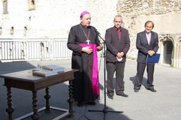 Predstavenie knihy. Do života ju uviedol spišský biskup F. Tondra (vľavo) s autorom M. Homzom.