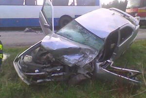 Auto po nehode s autobusom skončilo v priekope.