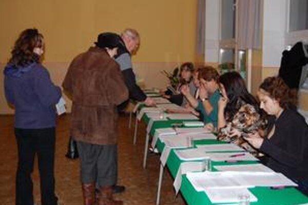 Volebný okrsok č. 11. V priestoroch strojníckej školy v Spišskej Novej Vsi mal zapísaných 1 317 voličov, zhruba o 17. hodine tu zaznamenali 20 % účasť.
