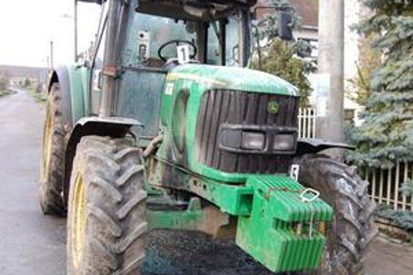 Traktor. Mal včera vyraziť na pole a orať. Obhorený ostal stáť pred majiteľovým domom.