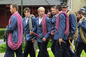 Na archívnej snímke zo 6. augusta 2011 novoprijatí horskí vodcovia v Starom Smokovci počas Sviatku horských vodcov. Druhý zľava je náčelník Horskej záchrannej služby Slovenský raj Dušan Leskovjanský
