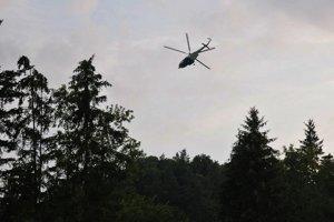 Vrtuľník letky Ministerstva vnútra SR monituruje pozemný priestor.