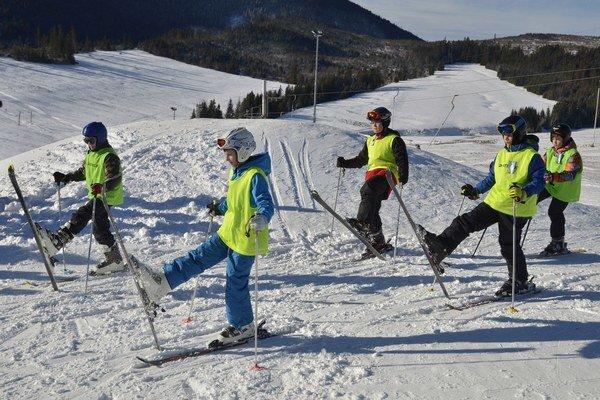 Žiaci pri lyžiarskom výcviku v Ždiari.